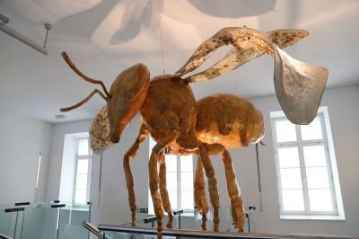 Čebelja skulptura Guillerma Escalanteja